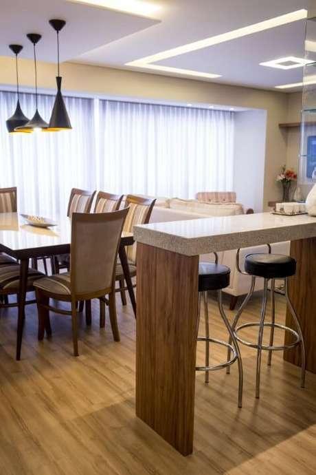 5. Cozinha americana com balcão de madeira e tampo de granito cinza. Projeto de Inova Arquitetura