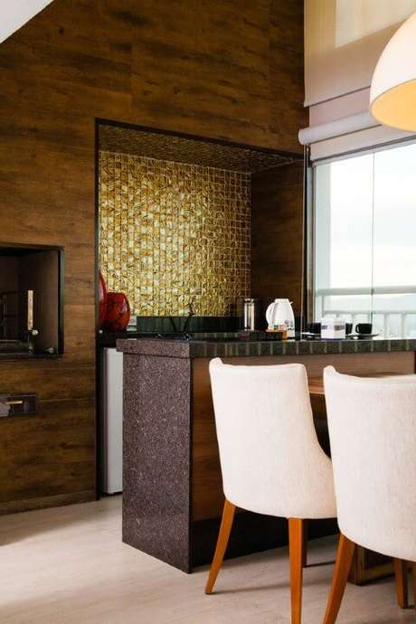 9. O granito marrom também tem um charme todo especial e combina perfeitamente com a decoração do projeto de Márcia Rubinatti