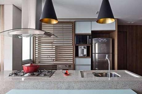 53. Cozinha com pia e apoio do cooktop feito com essa pedra. Fonte: Pinterest