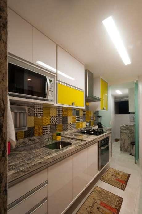 6.O granito é muito usado também como bancada na cozinha. Projeto de Bernal Projetos