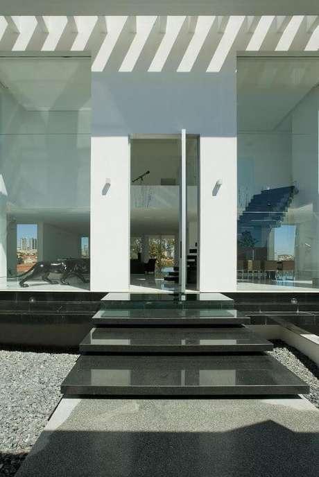 13. Na escada, se você quiser destacá-la pode escolher uma cor escura, como nesse projeto de Gislene Lopes