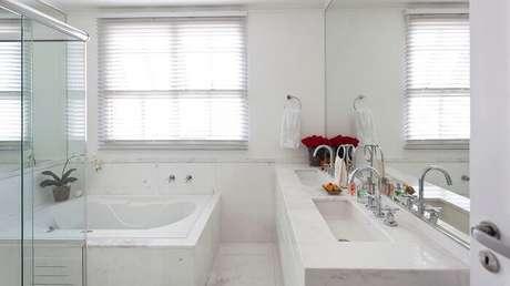 70. Granito branco para a bancada do banheiro. Fonte: Pinterest