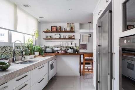 56.Revestimento mescladoutilizado na bancada da cozinha. Fonte: Pinterest