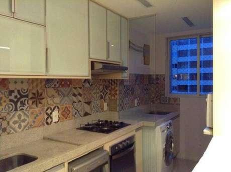 61.As pedras podem ser utilizadas em cozinhas que dividem espaço com a lavanderia. Projeto por Viviane Amaral dos Santos