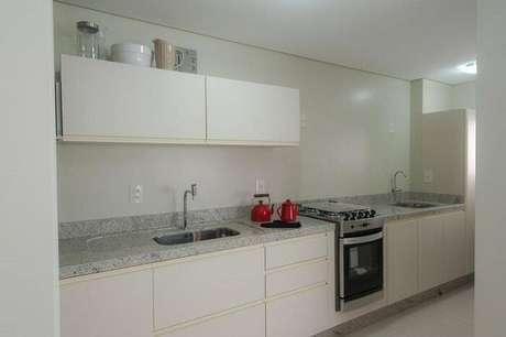 64. Para manter uma cozinha clean, limpa e organizada essa é a pedra perfeita. Projeto por Rico Mendonça