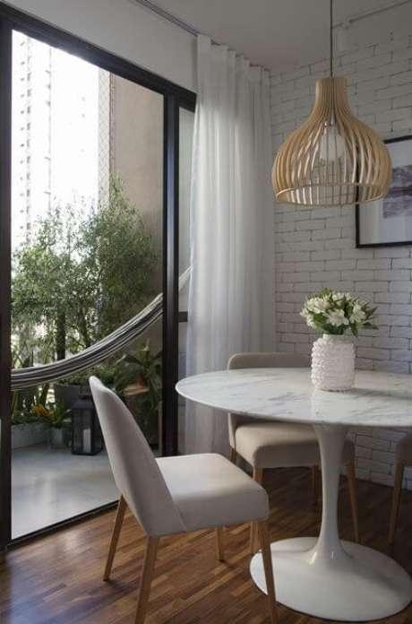 44. Sala moderna com mesa redonda com tampo dessa pedra. Projeto de SP Estúdio