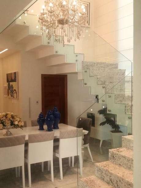 43. Sala de jantar sofisticada com escada de granito clara. Projeto de Rafael Simonazzi