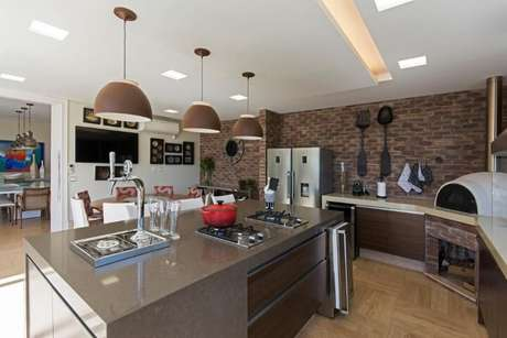 11. A varanda gourmet com decoração em tons de marrom combina perfeitamente com a bancada de granito. Projeto de Jannini Sagarra Arquitetura
