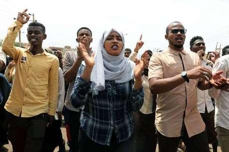 Sudaneses celebram acordo entre militares e civis nas ruas de Cartum