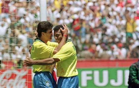 Após o gol, Bebeto agradece Romário pelo passe perfeito que resultou no único gol da vitória da Seleção Brasileira sobre a seleção dos Estados Unidos