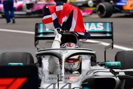 """Hamilton afirma que acenar a bandeira do seu país de origem, foi """"maior momento único"""""""