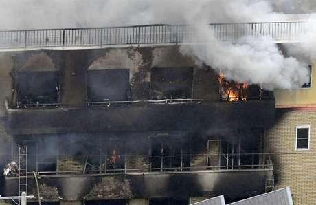 Prédio em chamas após incêndio no estúdio Kyoto Animation, no Japão