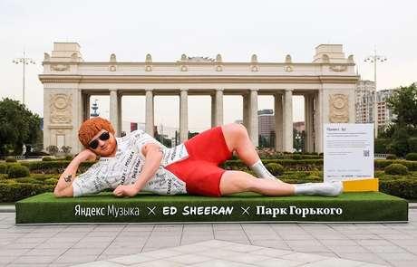 Ed Sheeran faz primeiro show na Rússia e ganha estátua gigante em Moscou