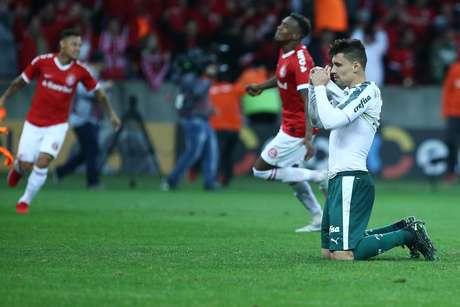 Moisés, do Palmeiras, lamenta pênalti perdido e a eliminação nas quartas de final da Copa do Brasil 2019 após partida contra o Internacional