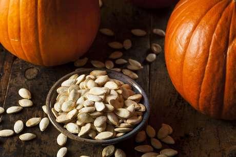 Veja a seguir os benefícios e como consumir semente de abóbora