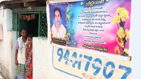 A família de Shivani colocou uma bandeira em memória dela