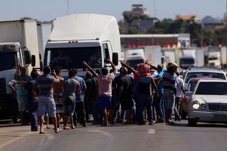 Caminhoneiros em greve na BR-040 23/5/2018 REUTERS/Adriano Machado