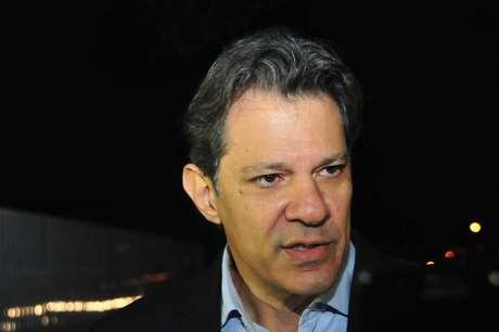 O ex-prefeito de São Paulo, Fernando Haddad (PT)concede entrevista após deixar o prédio da Superintendência Regional da Polícia Federal do Paraná, em Curitiba, onde está preso o ex-presidente da República, Luiz Inácio Lula da Silva