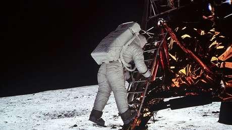 Buzz Aldrin descendo do módulo lunar; os trajes da época davam pouca mobilidade aos astronautas