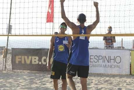 Alison/Álvaro e André/George avançam às semifinais no vôlei de praia em Portugal
