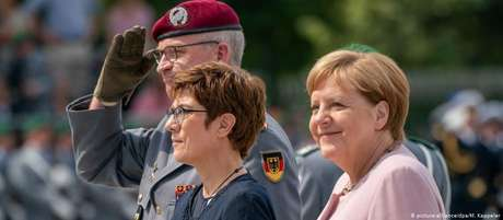 Merkel e a ministra alemã da Defesa, Annegret Kramp-Karrenbauer, durante homenagem aos conspiradores de julho de 1944