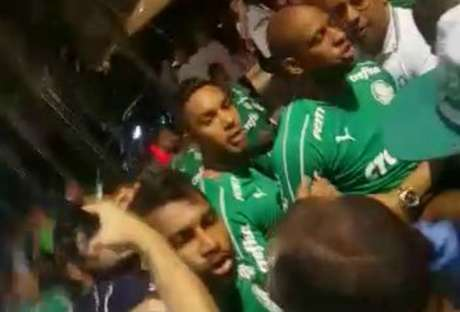 Alguns jogadores foram falar com torcedores que protestavam na frente do hotel do time, em Fortaleza (Reprodução)