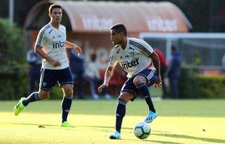 Recuperado, Everton volta a treinar bem e está pronto para pegar a Chapecoense (Foto: Rubens Chiri/saopaulofc.net)
