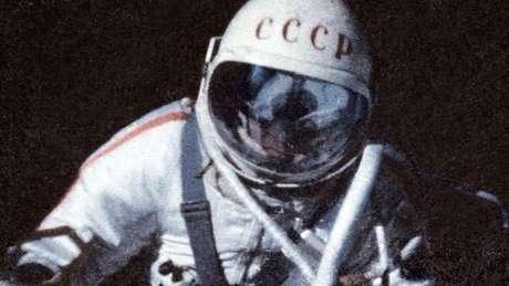 O astronauta soviético Alexei Leonov foi o primeiro a fazer uma caminhada espacial, em 1965