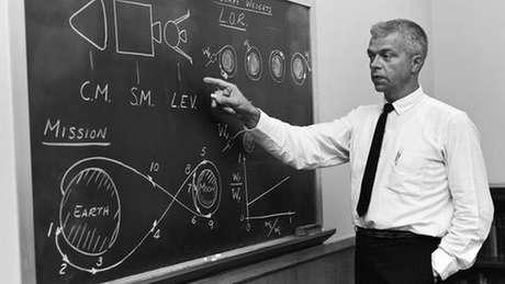 John Houbolt se apresenta num seminário da Nasa nos anos 1960