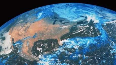 Os entrevistadores descobriram que o YouTube sugeriu vídeos sobre a teoria da Terra plana depois de as pessoas assistirem a vídeos com teorias conspiratórias sobre outros assuntos