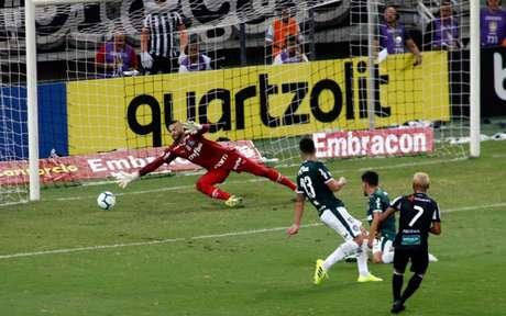 Mateus Gonçalves acerta lindo chute para abrir o placar no Castelão (Foto: LC Moreira/ Lancepress!)
