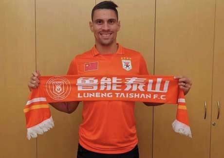 Moisés vestiu a camisa do Shandong Luneng depois de acertar sua saída do Palmeiras (Foto: Reprodução)