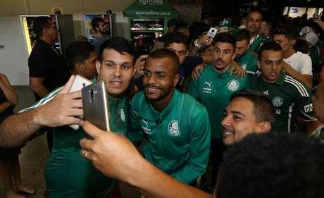 O jogador Felipe Pires, da SE Palmeiras, durante desembarque, no Aeroporto de Fortaleza