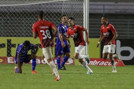 Comemoração do gol de Leo Cittadini, do Athletico Paranaense, em partida contra o CSA, válida pela 11ª rodada do Campeonato Brasileiro 2019, no Estádio Rei Pelé, em Maceió
