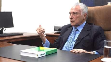 O ex-presidente fez questão de colocar um exemplar da Constituição sobre a mesa para a entrevista