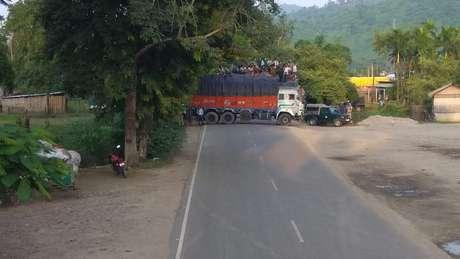 A estrada foi bloqueada para que a tigresa pudesse passar