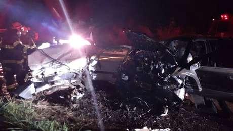 Quatro pessoas morreram em acidente entre dois carros na rodovia Julio Budisk, em Alfredo Marcondes, interior de São Paulo. Os carros ficaram destruídos.