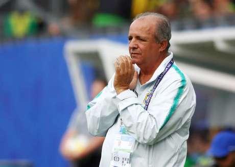 Vadão assiste a jogo da seleção brasileira feminina contra a Jamaica, na França. 9/6/2019  REUTERS/Denis Balibouse
