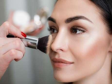 O pincel duo-fibra ajuda a fixar melhor a base de maquiagem, fazendo com que a make dure mais tempo
