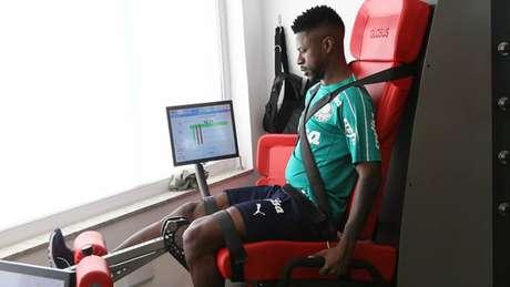 Ramires realizou exercícios físicos no hotel enquanto colegas treinavam no gramado (Agência Palmeiras/Divulgação)