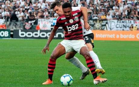 Vitinho se lesionou diante do Corinthians e passará por procedimento cirúrgico (Foto: Peter Leone / Ofotografico)