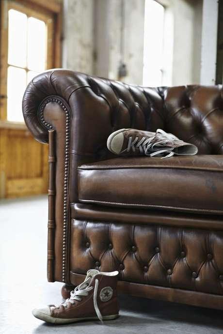 43. Os detalhes são o carro-chefe do sofá chesterfield. Foto: Westwing