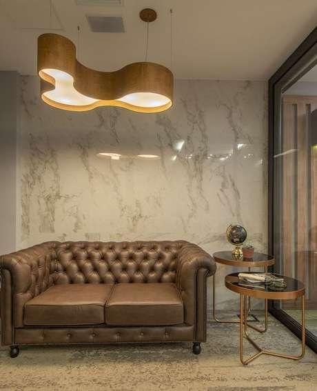 37. Associar o sofá chesterfield a móveis em pares leva unicidade ao ambiente. Projeto de Carina Tobias