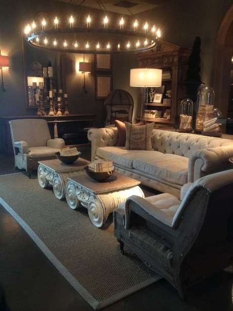 41. Poltronas combinam em uma sala com sofá chesterfield. Foto: Modern Outdoor Planters