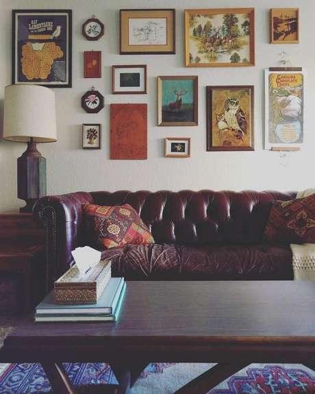 35. O sofá chesterfield de couro envelhece muito bem se for bem cuidado. Foto: Decorated Kitchens
