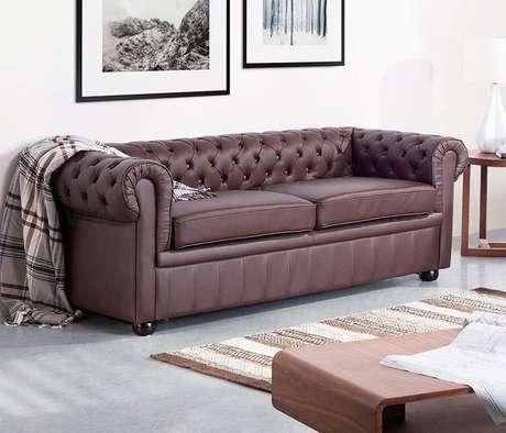 10. O braço alto e curvo é uma característica marcante do sofá chesterfield. Foto: Essência Móveis
