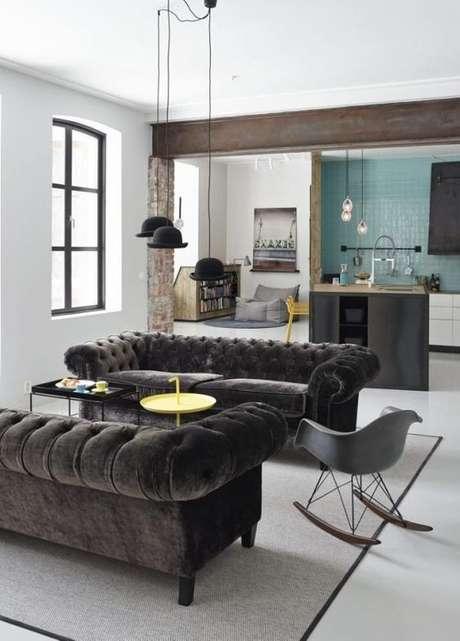 40. O sofá chesterfield em camurça também é um modelo luxuoso. Foto: Homease