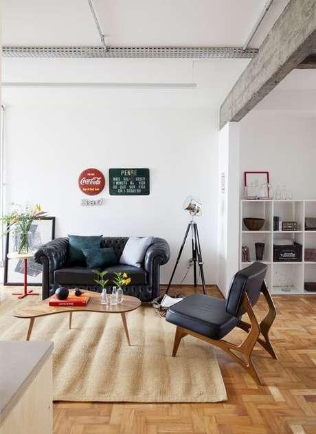 12. O sofá chesterfield preto é muito interessante e clássico. Projeto de Iná Arquitetura
