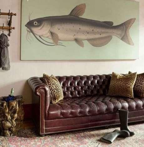 44. O sofá chesterfield pode ser tanto rústico quanto clássico. Foto: Casa de Valentina