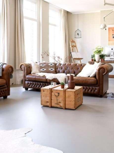 18. Almofadas soltas vão muito bem com o sofá chesterfield. Foto: In Rich Ting